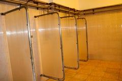 Regue cabines nos vestuarios dos trabalhadores na planta industrial imagem de stock