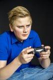 Regulador adolescente serio del videojuego que se sostiene Imagen de archivo