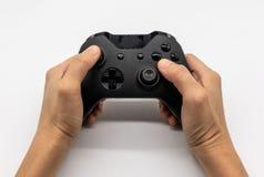 Regulador de consola del videojuego en manos del videojugador Palanca de mando del control de la mano nueva en blanco imagen de archivo libre de regalías