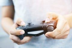 Regulador de consola del videojuego en palanca de mando del juego del videojugador fotografía de archivo libre de regalías