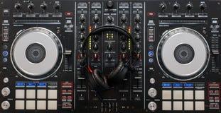Regulador de mezcla audio con los auriculares profesionales Niveles análogos fotografía de archivo