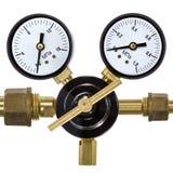 Regulador de presión de gas con el manómetro, aislado en el backgro blanco Imagenes de archivo