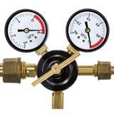 Regulador de pressão do gás com o manômetro, isolado no backgro branco Fotos de Stock Royalty Free