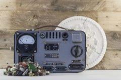 Regulador de voltaje del vintage con los transistores, los resistores, las piezas de radio y el viejo backgraund de madera del ro Fotos de archivo libres de regalías