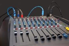 Regulador del mezclador de sonidos con los botones y los resbaladores Fotografía de archivo