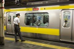 Regulador del tren en Tokio foto de archivo