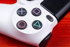 Regulador delgado del juego de la revisión 1Tb y del dualshock de Sony PlayStation 4 Videoconsola con una palanca de mando Videoc Foto de archivo libre de regalías