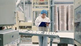Regulador que comprueba el transportador con los caramelos Fábrica del caramelo metrajes