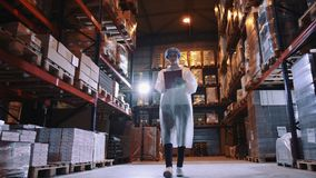 Regulador que comprueba el trastero de la fábrica Fábrica del caramelo metrajes