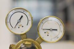 Reguladores de presi?n de gas en un equipo anal?tico del laboratorio imagenes de archivo