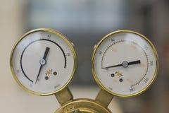 Reguladores de pressão do gás em um equipamento analítico do laboratório imagem de stock royalty free