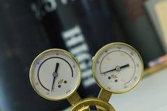 Reguladores de pressão do gás em um equipamento analítico do laboratório imagem de stock