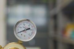 Reguladores de pressão do gás em um equipamento analítico do laboratório foto de stock royalty free