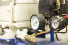 Reguladores de pressão do gás em um equipamento analítico do laboratório foto de stock