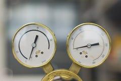 Reguladores de pressão do gás em um equipamento analítico do laboratório fotos de stock