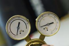 Reguladores de pressão do gás em um equipamento analítico do laboratório fotografia de stock
