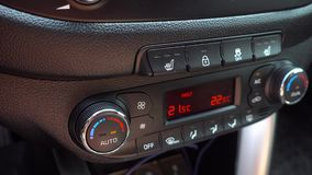 Regulamento da temperatura no carro 4K O v?deo tem um brilho do painel do sol e da cintila??o vídeos de arquivo