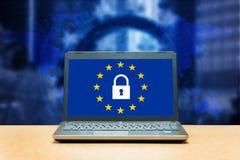 Regulamento geral da proteção de dados - portátil em uma tabela, SCR azul fotografia de stock