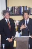 Regulator Bill Clinton och senatorAl Gore håll som en presskonferens på buscapadeaktionen turnerar av 1992 i Waco, Texas Royaltyfri Foto
