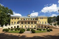 Regulator House med en trädgård - ett härligt slottkomplex av det 19th århundradet, som inhyser Yaroslavlen Art Museum Arkivfoton