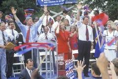 Regulatorn Bill Clinton, senatorn Al Gore, Hillary Clinton och Tipper Gore under Clintonen/den levrat blodBuscapade aktionen 1992 Arkivfoton