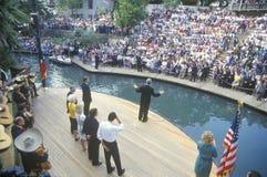 Regulatorn Bill Clinton talar på den Arneson floden Royaltyfri Bild