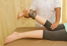 Rehab utbildning för knä och lamslå muskeln med läkarundersökningthera Arkivfoton
