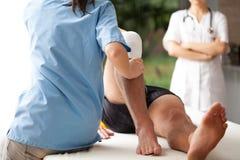Rehabilitación de la pierna quebrada imagen de archivo