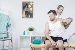 Rehabilitación en el síndrome del dolor del hombro imagenes de archivo