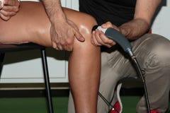 Rehabilitación y deporte: Tratamiento profesional de la fisioterapia en rodilla con terapia del ultrasonido fotografía de archivo libre de regalías