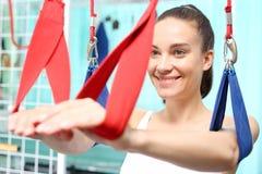 Rehabilitation von oberen Gliedern Frau übt ihre Hände auf der Entlastung von Riemen lizenzfreie stockfotografie