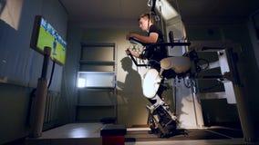 Rehabilitationsmitte bietet bionische futuristische Therapie für Patienten mit Unfähigkeit an 4K stock video