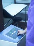 Rehabilitationsphysiotherapie-Mikrowellenmaschine in der Klinik lizenzfreie stockfotos
