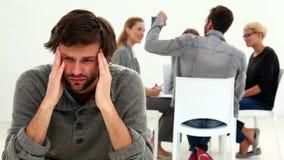 Rehabilite al grupo que se sienta en un círculo con un hombre excluido metrajes