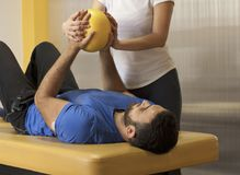 Rehabiliteringövning med bollen korsade händer Arkivfoton