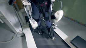 Rehabiliteringutrustning Physiotherapeutic spår under utbildande process av en kvinnlig patient stock video