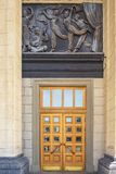 Reißen Sie Haustür mit Flachrelief im Nowosibirsk-Staat ACA hin Stockbild