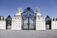 Reißen Sie Tor zum Belvedere-Schloss in Wien hin Stockbild