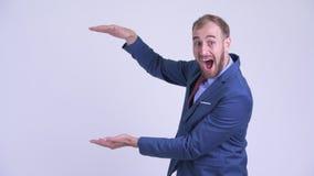 Reißende Finger des glücklichen bärtigen Geschäftsmannes und Schauen überrascht stock video