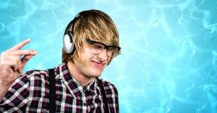 Reißende Finger des männlichen Hippies beim Genießen von Musik auf Kopfhörern Lizenzfreies Stockfoto