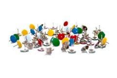 Reißnadel-Daumenheftzwecken in vielen Farben getrennt Stockfoto