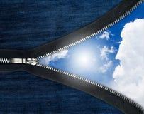 Reißverschluss über Blue Jeans und Himmel Lizenzfreie Stockfotografie