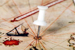 Reißzwecke in der Weltkarte Stockfotografie