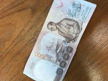 Rei Bhumibol Adulyadej em uma cédula de 1000 bastões de Tailândia foto de stock