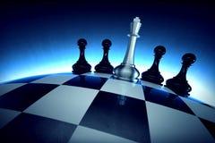 Rei da xadrez com os quatro penhores na superfície esférica do verificador Imagem de Stock Royalty Free