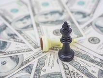 Rei da xadrez no fundo do dólar, imagem de stock royalty free