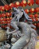 Rei do dragão no potenciômetro antigo da vara de Joss do bronz com a lanterna vermelha da celebração no santuário chinês velho e  imagens de stock royalty free