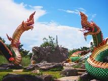 Rei do grupo das estátuas do Naga sobre o fundo do céu azul Fotografia de Stock Royalty Free