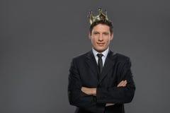 Rei do negócio. Homem de negócios seguro na posição da coroa isolado Foto de Stock Royalty Free