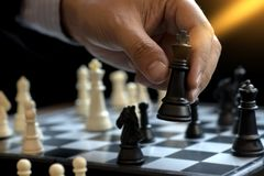 Rei do uso da xadrez do jogo do homem de negócios - branco da parte de xadrez para deixar de funcionar o ove Fotografia de Stock Royalty Free